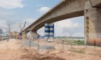 Cầu Vĩnh Tuy giai đoạn 2 là một trong 6 công trình được thi công khi Hà Nội giãn cách xã hội. Ảnh: T.Đảng