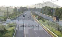 Cao tốc Nội Bài - Lào Cai tại đoạn qua huyện Bình Xuyên bị dựng rào phong tỏa, cấm xe đi vừa qua.