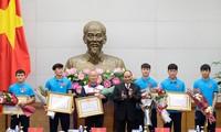 Thủ tướng trao huân chương Lao động hạng Nhất cho đội U23 và huân chương hạng Ba cho HLV và các cầu thủ. (ảnh Q.H)