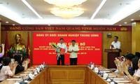 Ông Y Thanh Hà Niê Kđăm, Bí thư Đảng ủy Khối trao Quyết định và chúc mừng ông Phan Công Nam.