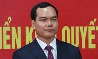 Trưởng Ban Tổ chức T.Ư Phạm Minh Chính trao quyết định cho ông Nguyễn Đình Khang (ảnh D.V)