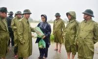 Thiếu tướng Nguyễn Văn Man trao mì tôm cho người dân vùng ngập lụt tại xã Phong Hiền, huyện Phong Điền, tỉnh Thừa Thiên Huế ngày 11/10/2020