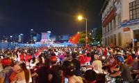 Người Sài Gòn ùn ùn xuống đường ăn mừng chiến thắng