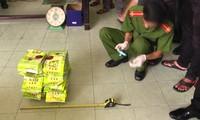 Cận cảnh công an mở thùng loa kẹo kéo lấy 1,1 tấn ma túy