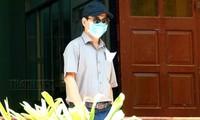 Ông Nguyễn Hữu Linh đến trụ sở TAND Q.4 để nhận các quyệt định triệu tập. (Ảnh: Thanh Niên)