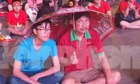 Người Sài Gòn đội mưa cổ vũ đội tuyển Việt Nam