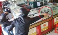 Hai tên cướp có súng xông vào tiệm vàng trên đường Trần Văn Mười cướp tài sản đã bị bắt. Ảnh cắt từ clip