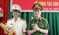 Thiếu tướng Nguyễn Duy Ngọc - Thứ trưởng Bộ Công an tặng hoa chúc mừng Đại tá Lê Hồng Nam. Ảnh Công an tỉnh Long An.