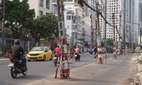 Cận cảnh hàng trụ điện 'mọc' giữa đường, gây mất an toàn giao thông ở TPHCM