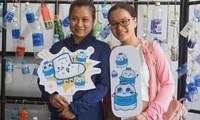 Bạn trẻ TPHCM đổi chai nhựa lấy chiếc tất.