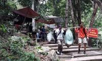Hành trình thử thách leo núi và nhặt rác