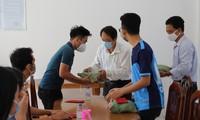 Trường ĐH Trà Vinh tặng quà cho du học sinh Campuchia