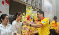 Tặng vé xe và quà cho sinh viên khó khăn đón Tết