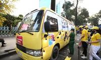 Giới trẻ Sài Gòn thích thú trải nghiệm xe buýt phát khẩu trang miễn phí