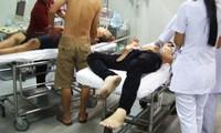 Các bác sĩ đang cấp cứu hai nạn nhân bị đâm