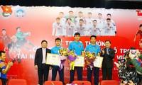 Nhà báo Lê Xuân Sơn- TBT báo Tiền Phong, đồng chí Nguyễn Anh Tuấn Bí thư thường trực T.Ư Đoàn cùng các cầu thủ U23 tại toà soạn báo Tiền Phong