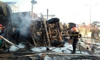 Xe bồn chở xăng lật sau vụ tai nạn