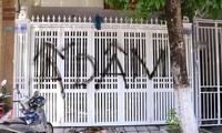 Cổng ngôi nhà ông Linh thường xuyên xuất hiện bị ai đó xịt sơn, bôi bẩn