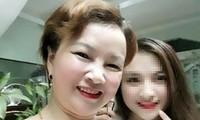 Bà Trần Thị Hiền chụp ảnh cùng con gái Cao Mỹ Duyên. Ảnh: FBNV