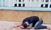 Thanh niên bị xịt hơi cay rồi nằm ôm mặt. Ảnh: Cắt từ clip