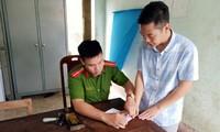 Bị can Hoàng Anh Tuấn (bìa phải) tại cơ quan điều tra - Ảnh: Công an cung cấp