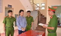 Công an tiến hành bắt giam Nguyễn Minh Hoàng. Ảnh: Công an TP Hồ