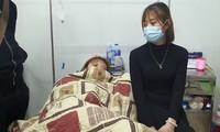 Một nạn nhân (trái) được người thân chăm sóc ở bệnh viện. Ảnh: Zing