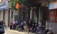 Nhiều người tụ tập xôn xao quanh hiện trường vụ việc. Ảnh: Tin tức Phú Xuyên/VTC News.