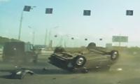 Lao vào đuôi Mercedes-Benz G-Class, sedan lộn nhiều vòng trên cao tốc