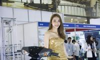 Người đẹp khoe sắc tại triển lãm ôtô, xe máy ở Hà Nội