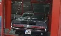 Bỏ lại Ford Mustang cổ giá trị để trộm 3 bộ máy chơi game