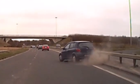 Đâm vào rào chắn cao tốc, Toyota Yaris vẫn tiếp tục lao 'phăng phăng'