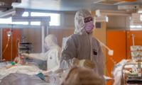 Nhân viên y tế ở ngoại ô thủ đô Rome của Italy làm việc trong khu chăm sóc đặc biệt ngày 25/3. Ảnh: AP