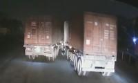 Hai xe container va chạm trong đêm tối
