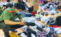 Công an đang phân loại hàng chục nghìn sản phẩm trong kho hàng lậu. Ảnh: Công an Đồng Nai