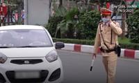 CLIP: Tài xế bỏ xe ôtô khi bị kiểm tra nồng độ cồn ở Hà Nội