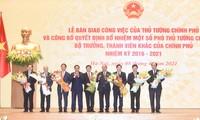 Chủ tịch nước Nguyễn Xuân Phúc tặng hoa Thủ tướng Phạm Minh Chính. Ảnh: VGP/Quang Hiếu