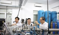 GS.TS Hoàng Nam Nhật (bên phải) trong phòng thí nghiệm. Ảnh VNU