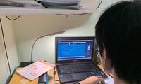 Máy tính là thiết bị không thể thiếu để phục vụ các em học sinh học tập trực tuyến. Ảnh: Nghiêm Huê