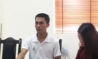 Thầy Lò Thanh Sơn, chủ nhiệm lớp chuyên văn trường THPT chuyên Sơn La đang trao đổi với báo chí