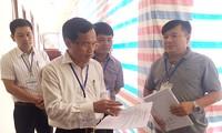 Ông Mai Văn Trinh kiểm tra công tác chấm thi tại Hòa Bình. Ảnh: Nghiêm Huê