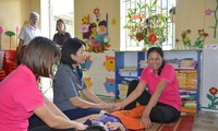 Một trong hai cô giáo trông bé Phát không giấu được cảm xúc khi đoàn kiểm tra của Bộ tới thăm