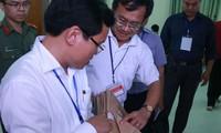 Ông Nguyễn Quang Vinh (áo trắng bên phải) nguyên là trưởng phòng Khảo thí của Sở GD&ĐT Hòa Bình, một trong ba đối tượng bị khởi tố vì nâng điểm cho thí sinh.