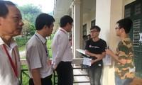Thứ trưởng Bộ GD&ĐT Lê Hải An động viên thí sinh tại buổi thí sáng nay ở điểm thi trường CĐ Cộng đồng, Bắc Kạn - ảnh Nghiêm Huê