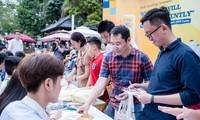 Độc giả háo hức xin chữ ký các tác giả - ảnh Kiên Nguyễn
