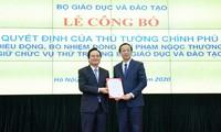 Bộ trưởng Phùng Xuân Nhạ trao Quyết định bổ nhiệm cho tân thứ trưởng Bộ GD&ĐT Phạm Ngọc Thưởng