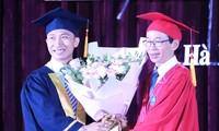 Phạm Việt Dũng (bên trái) nhận hoa chúc mừng của GS.TS Nguyễn Văn Minh, hiệu trưởng trường ĐH Sư phạm Hà Nội trong lễ tốt nghiệp