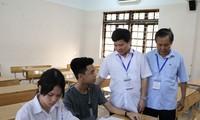Lãnh đạo Sở GD&ĐT Hà Nội động viên thí sinh đặc biệt nhất của mùa thi năm nay. Ảnh Thanh Tùng