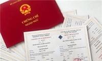 Bộ trưởng Bộ GD&ĐT Phùng Xuân Nhạ tiếp xúc cử tri tại Bình Định ngày 26/11. Ảnh Trương Định
