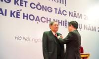 GS.TSKH Đặng Hùng Thắng đón nhận danh hiệu Nhà giáo Nhân dân do Chủ tịch nước phong tặng